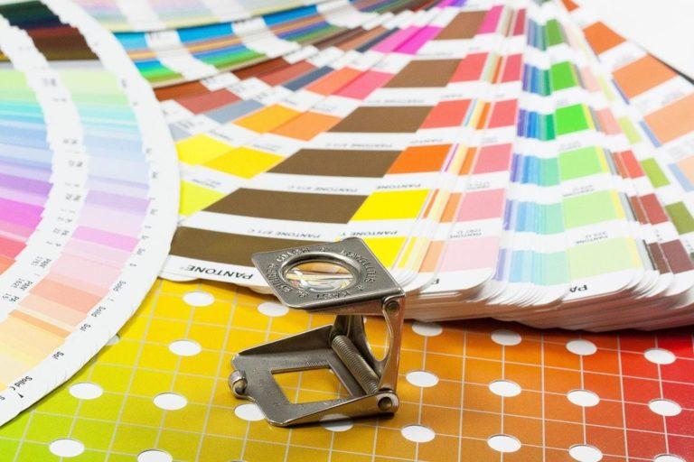 Jak wybrać najlepsze usługi drukowania katalogów i innych materiałów reklamowych